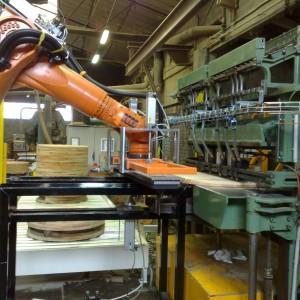 Le robot KUKA 6 axes tourne la joue sous la cloueuse