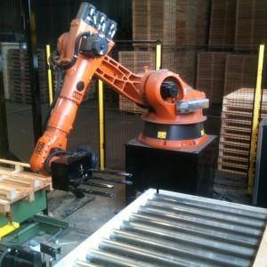 Robot à la sortie pour l'empilage des palettes