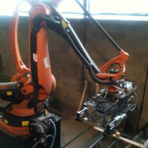 Robot à l'entrée pour la dépose de semelles dans la cloueuse à palettes